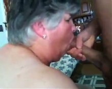 Granny suck a young cock. Frau 52 blaest jungen Schwanz